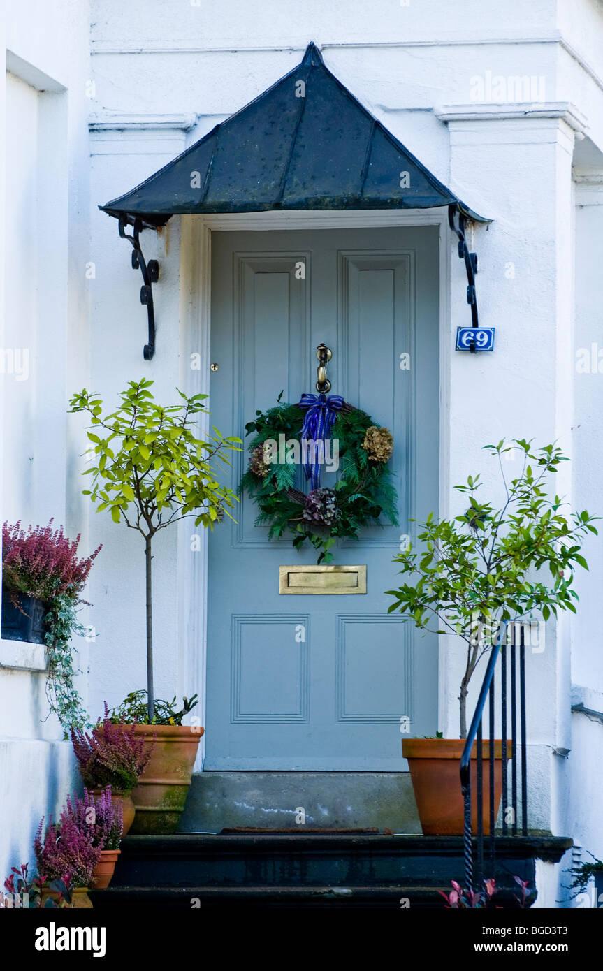 Traditionelle Regency-Tür mit Veranda mit Adventskranz dekoriert und ...