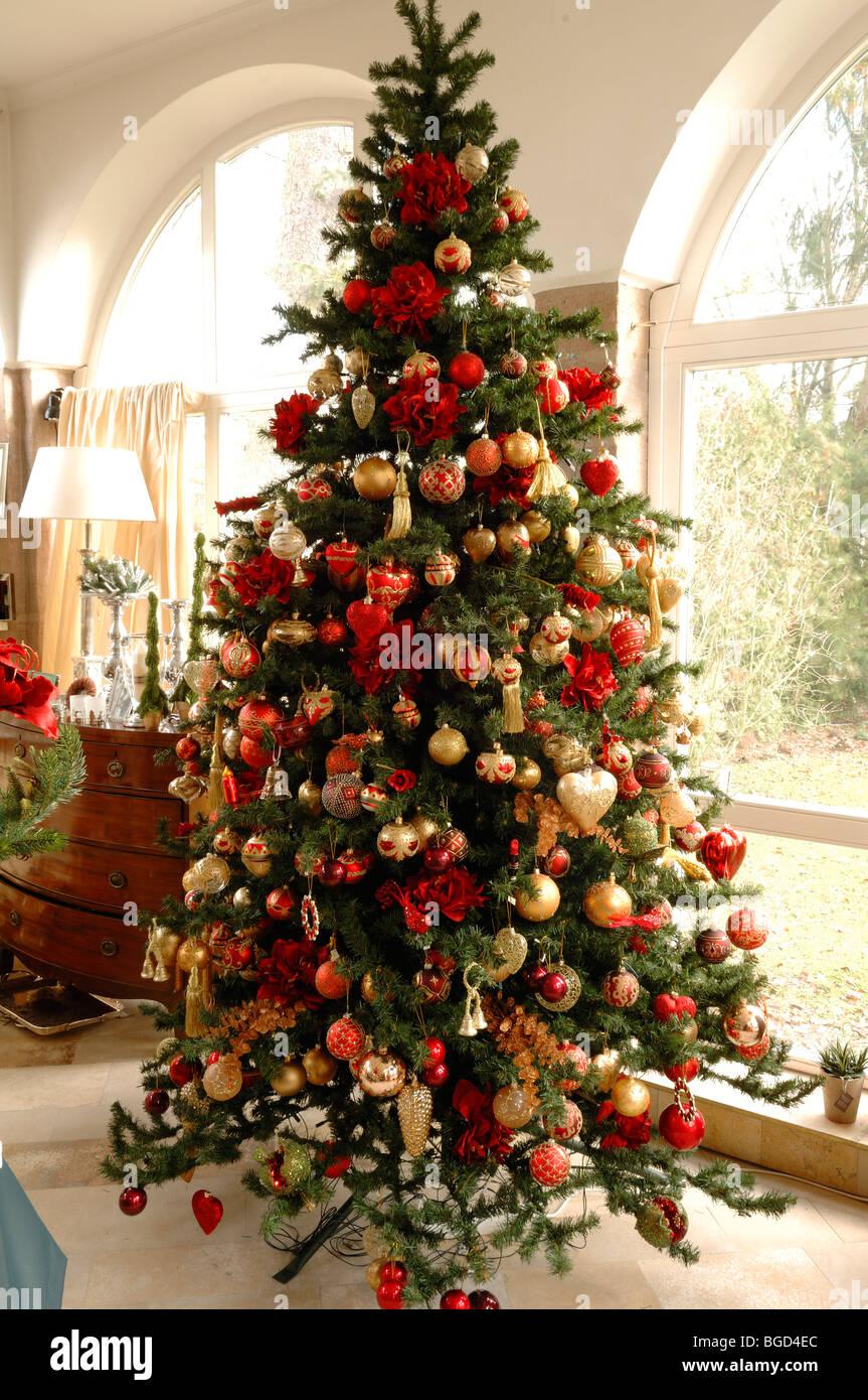 Deutscher Weihnachtsbaum.Großer Weihnachtsbaum Geschmückt Mit Christbaumkugeln Im Weller