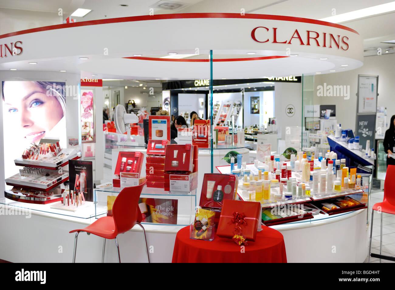 Clarins Kosmetik und Make-up Anzeigen in einem Einkaufszentrum in Toronto, Kanada Stockbild