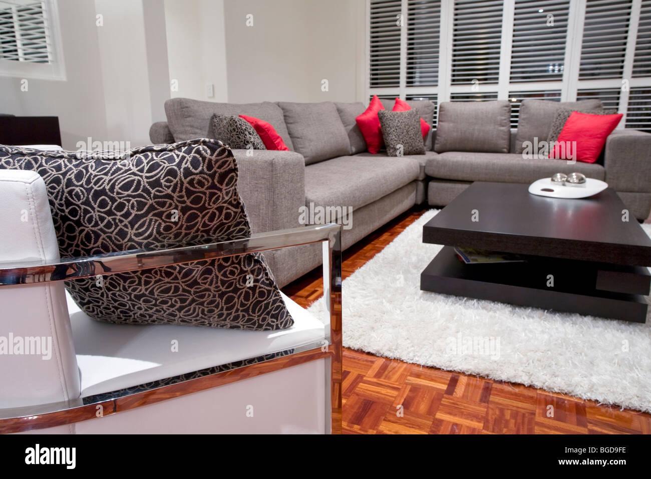 Moderne Wohnzimmer Interieur Mit Holzkohle Sofa Und Schokolade Braun  Couchtisch