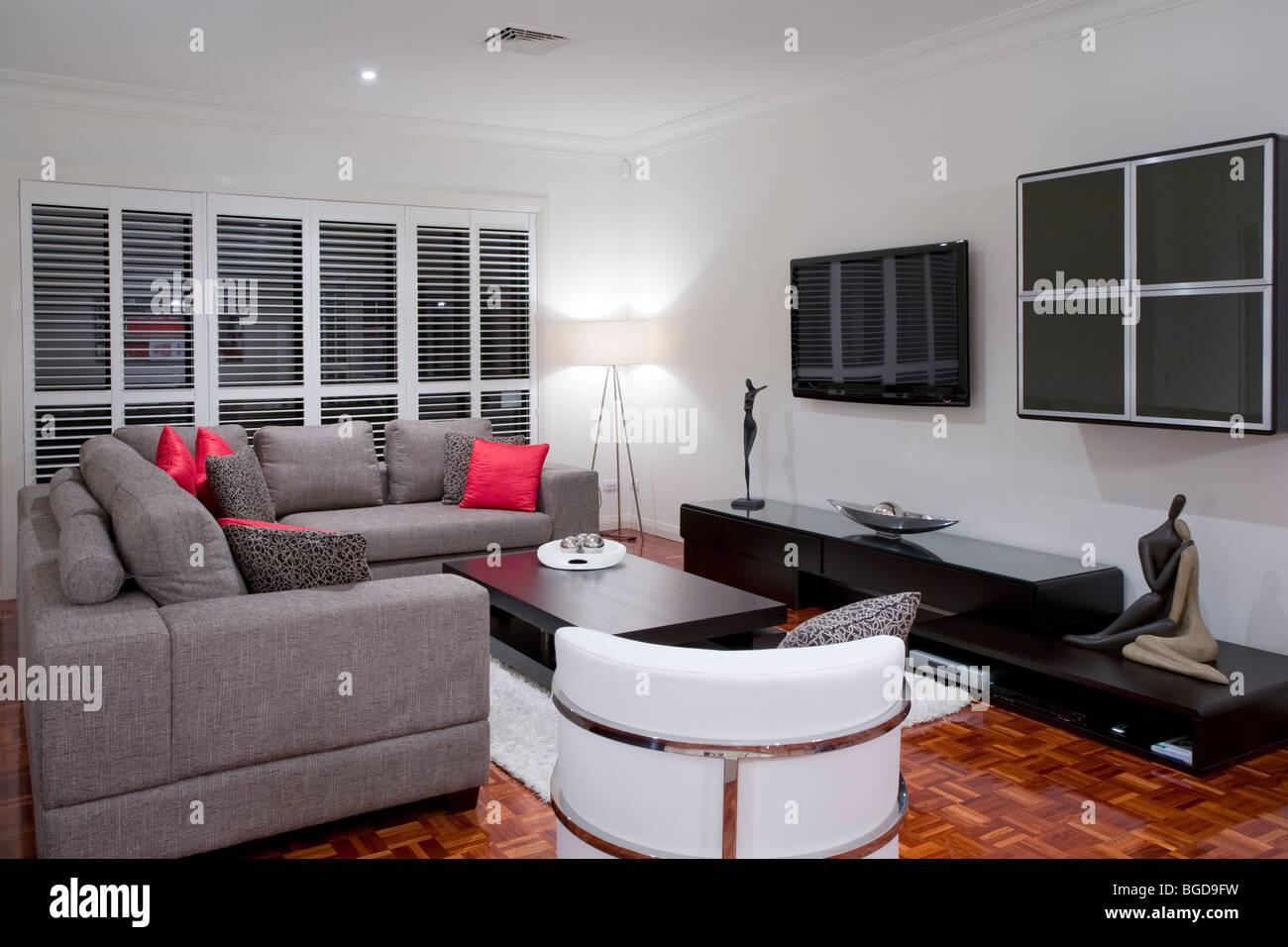 moderne Wohnzimmer Interieur mit Holzkohle Sofa und Schokolade braun ...