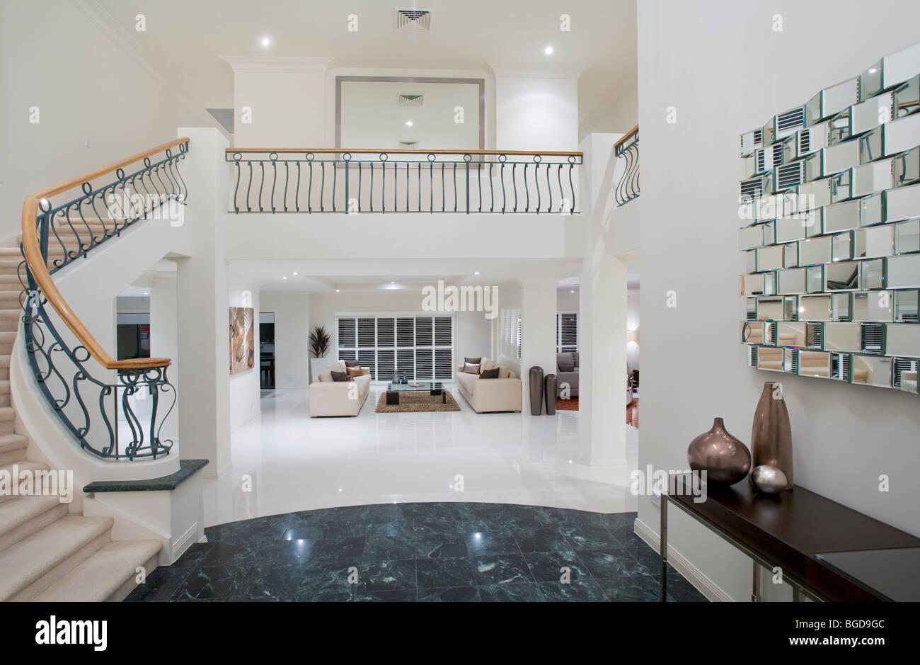 luxus villa eingang mit marmorboden stockfoto bild. Black Bedroom Furniture Sets. Home Design Ideas