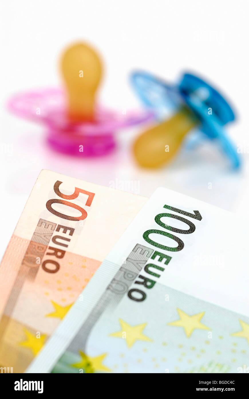 Schnuller und 150 EUR Kind Pflege Geldleistungen Stockbild