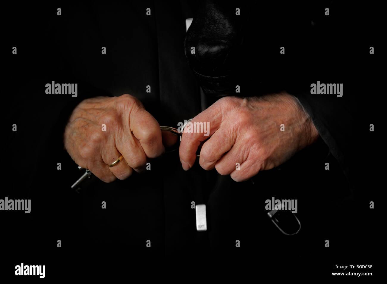 Alte Frau Hände mit Schlüssel Stockbild