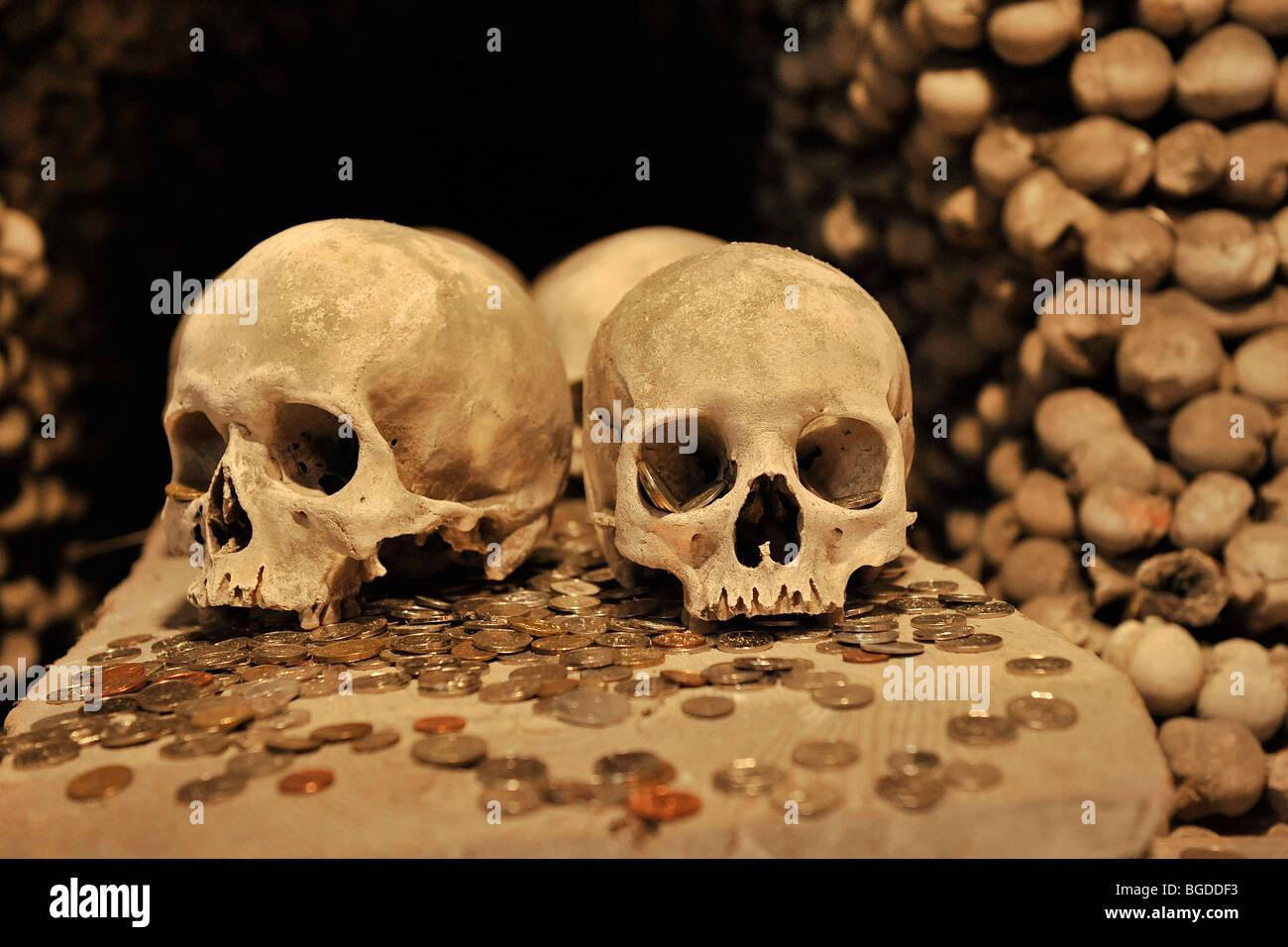 Schädel-Knochen und Münzen am Beinhaus, Sedletz, Kutná Hora, Tschechische Republik Stockbild