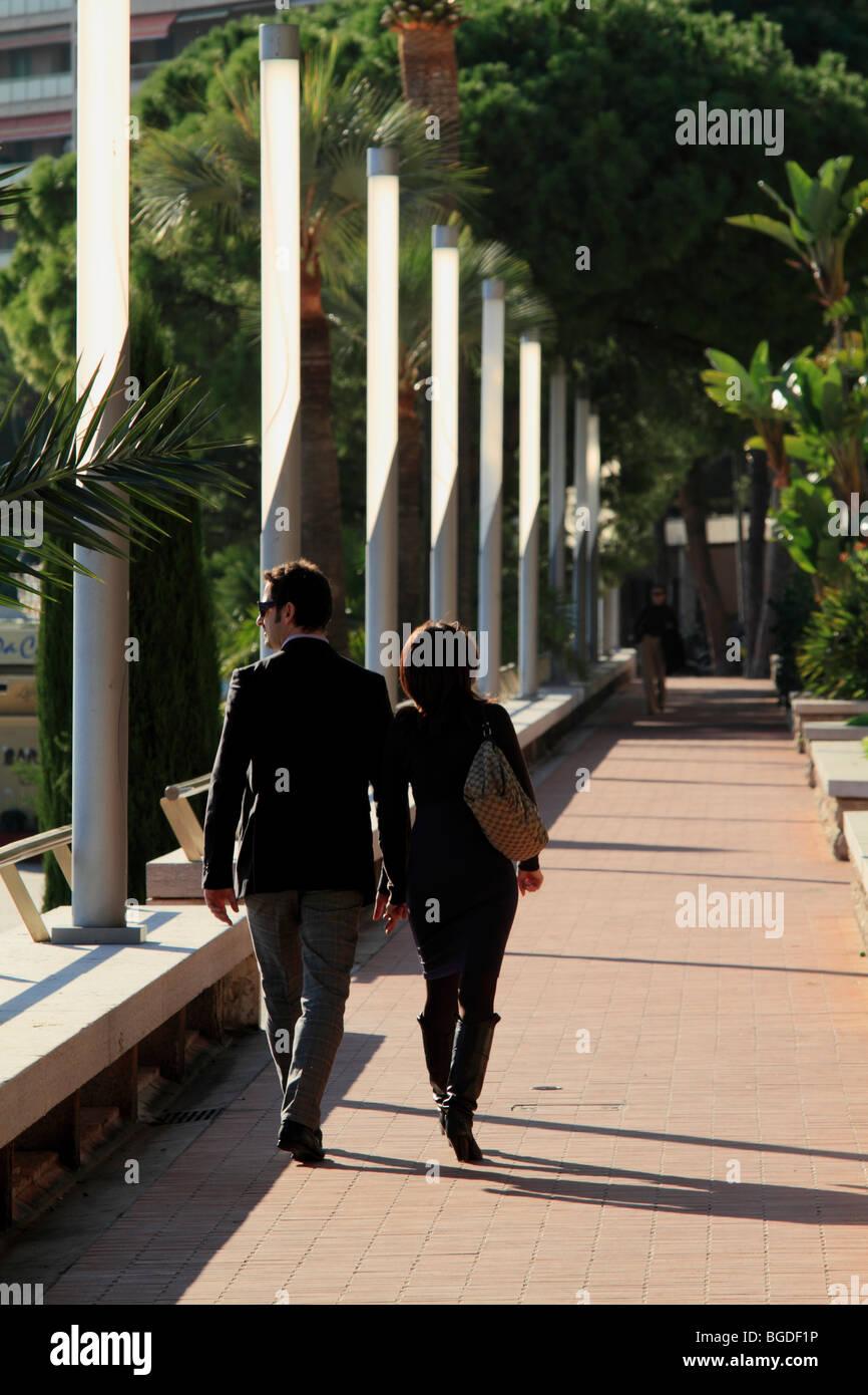 Wohlhabenden paar an der Strandpromenade von Larvotto, Fürstentum Monaco, Cote d ' Azur, Europa Stockbild
