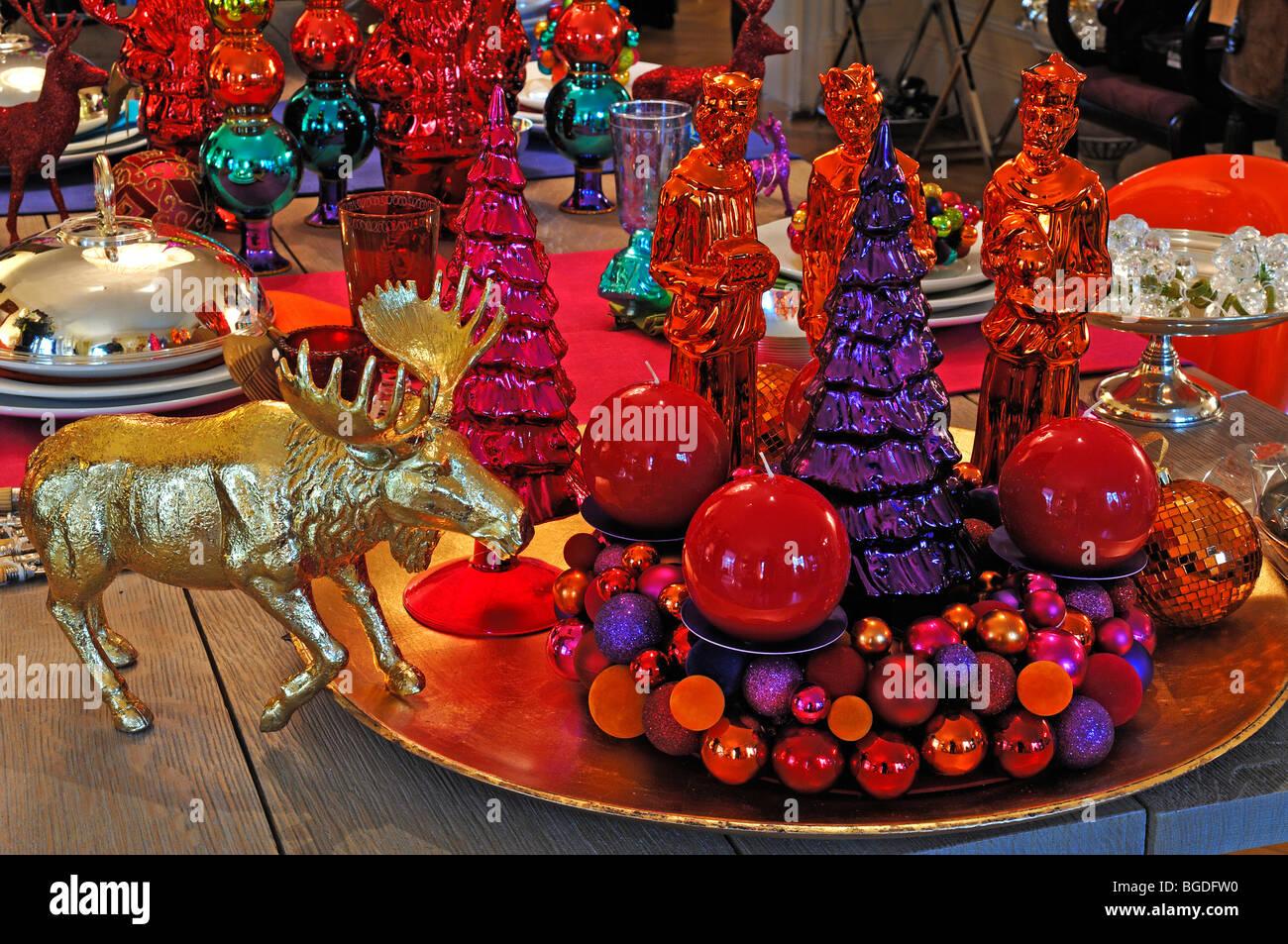 Moderne Weihnachtsdekoration moderne weihnachtsdekoration auf einem tisch dekoriert zu verkaufen