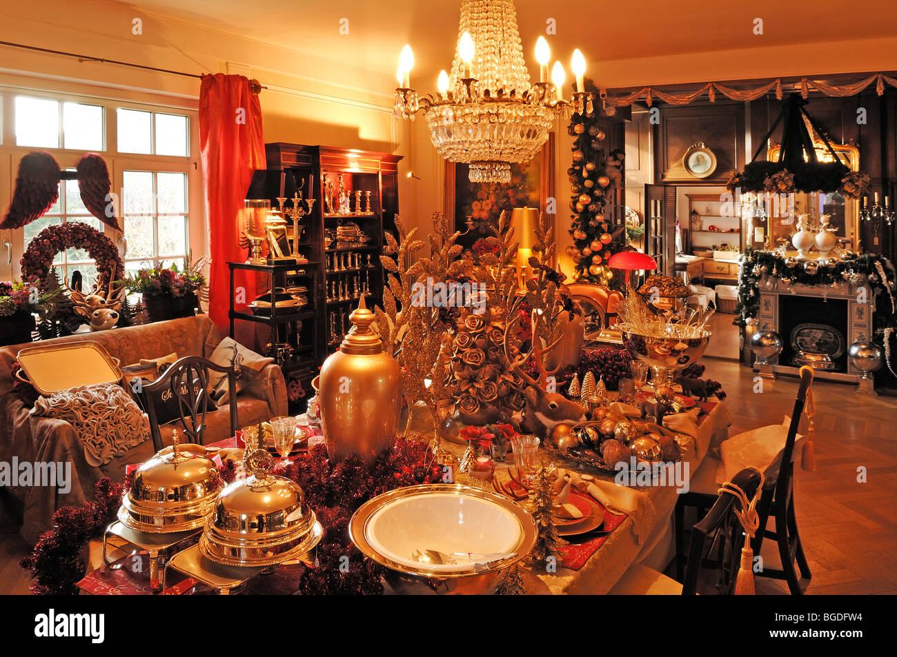 Üppige Weihnachtsdekoration in einem Wohnzimmer dekoriert zu ...