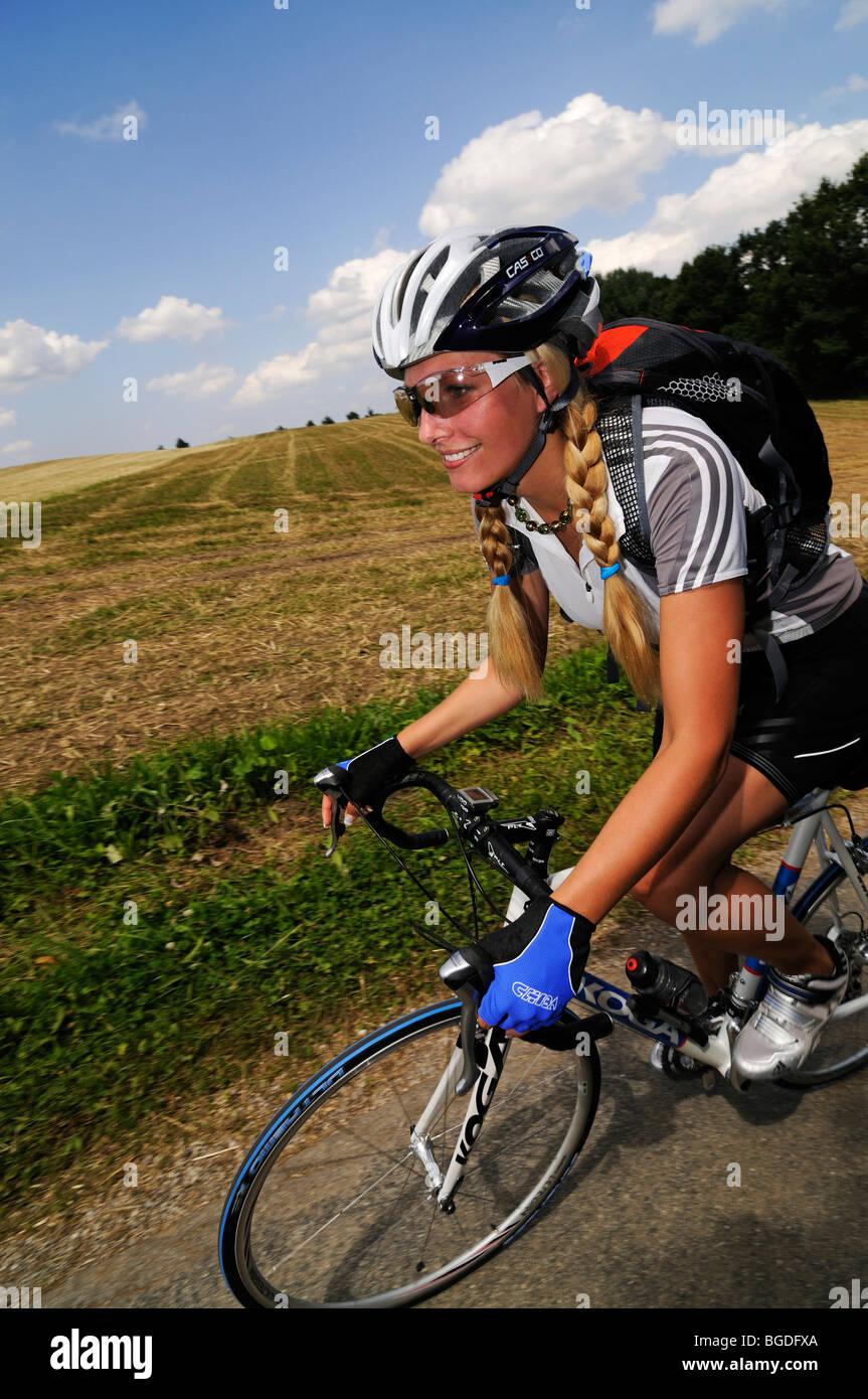 Jungen Frau auf einem Fahrrad, Bayern, Deutschland, Europa Stockfoto