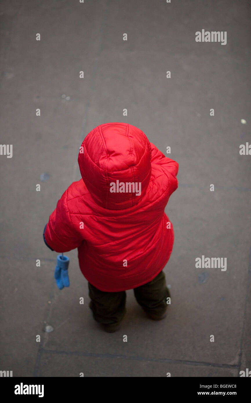 Volle Länge Rückansicht Portrait von ein verlorenes Kind trägt ein rot Hoodie, London, England, Großbritannien Stockbild