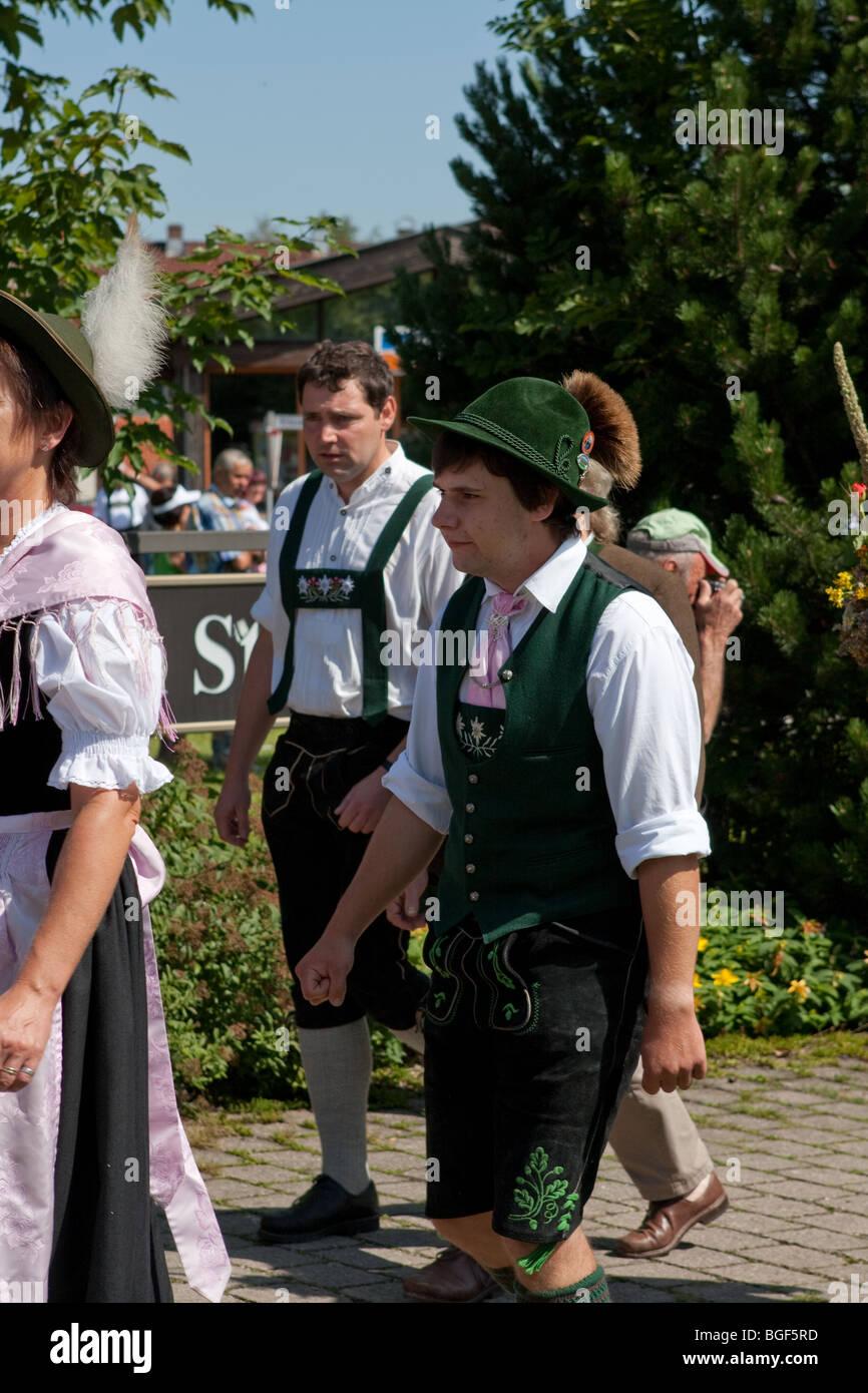new concept 9cdce c3bfa Deutsche Männer tragen authentische traditionelle Kleidung ...