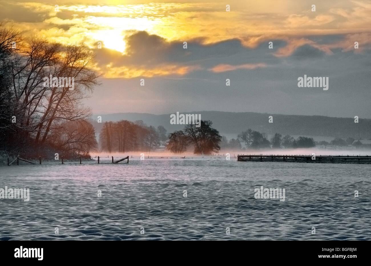 Ich nahm dieses Foto eines morgens im Winter, wenn die goldene Sonne durch die Wolken kam. Stockbild