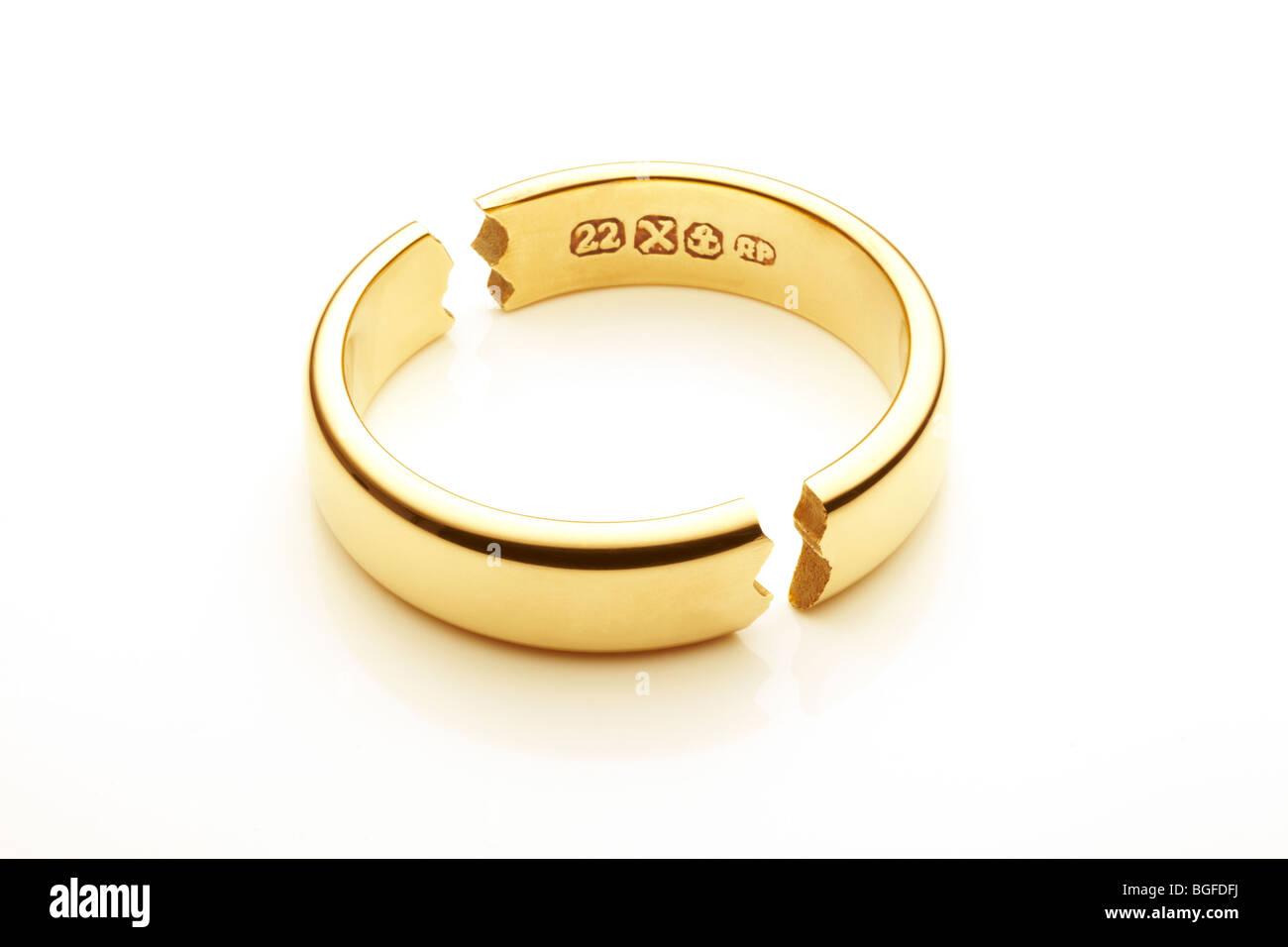 Gebrochene Gold Hochzeit Ring symbolisiert die Ehe brechen Stockbild