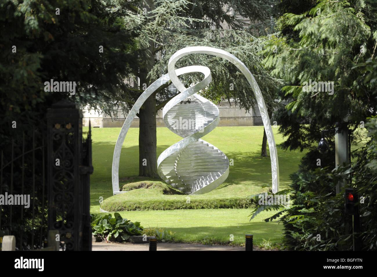 Skulptur von Charles Jencks der DNA-Doppelhelix am Clare College in Cambridge University Stockbild