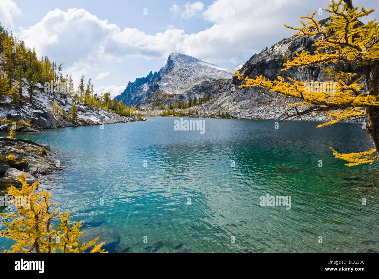 Perfektion-See mit wenig Annapurna im Hintergrund, Verzauberung Lakes Wilderness Area, Kaskaden von Washington, Stockbild