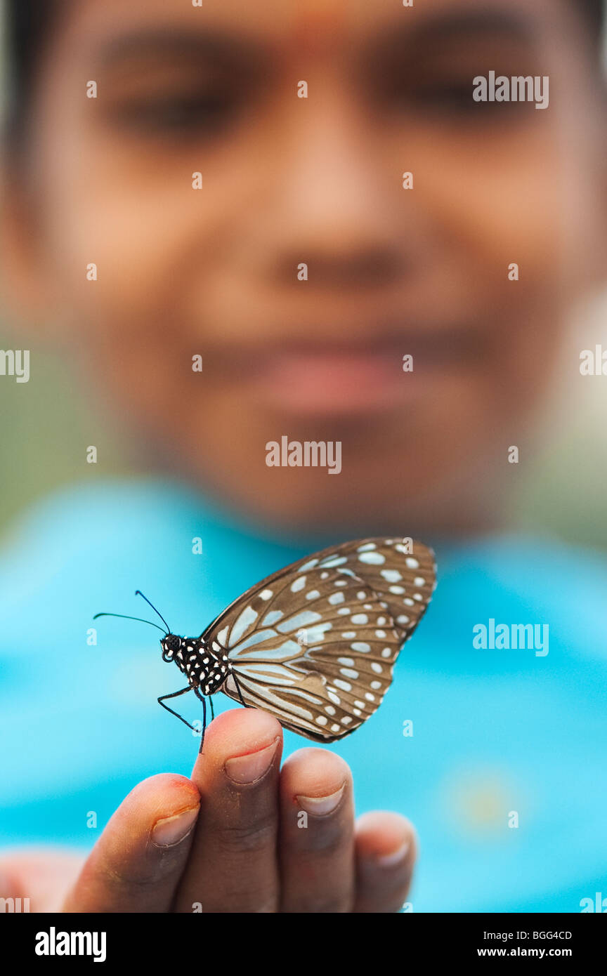 Tirumala limniace. Blue Tiger Schmetterling auf der Hand eines indischen Mädchens. Indien Stockbild
