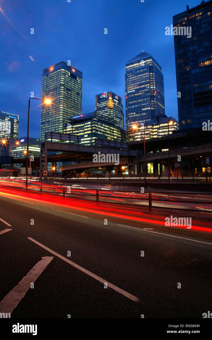 Canary Wharf Tower, HSBC Building und Citi Gebäude von Aspen Way, Pappel Stockbild