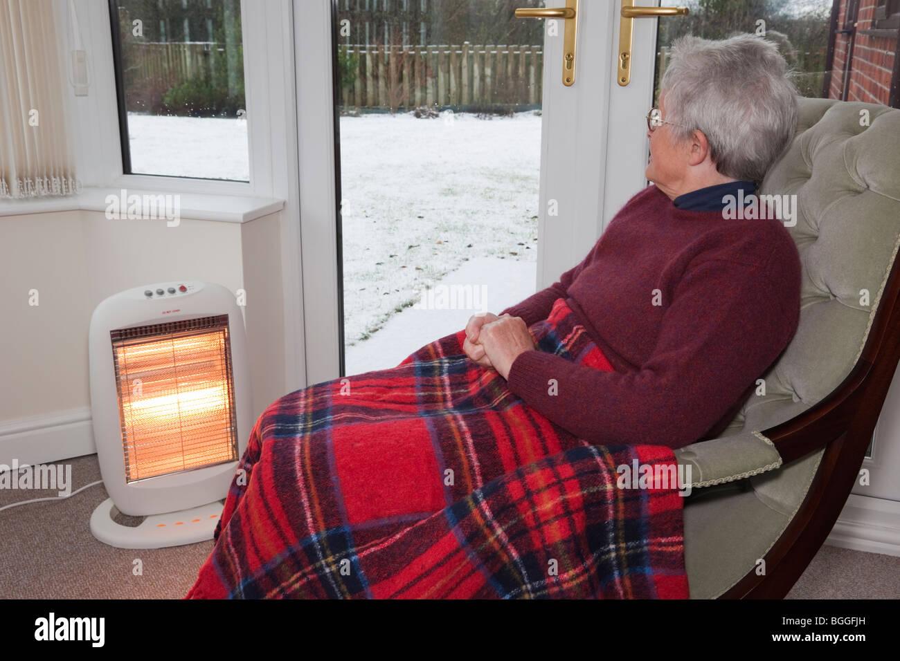 Ältere alte Frau alleine zu Hause mit einer Wolldecke auf