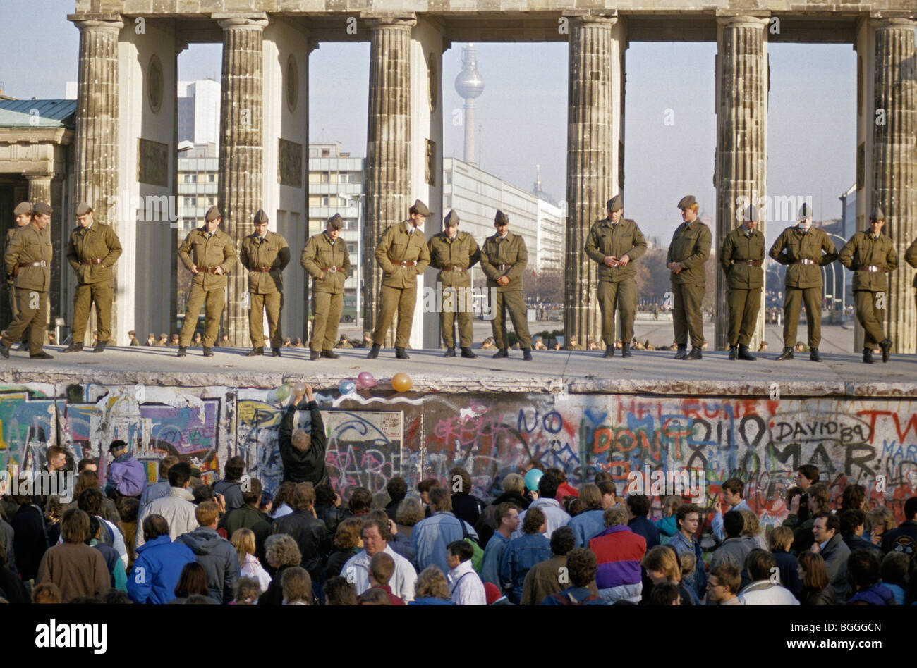 Fall der Berliner Mauer: Soldaten retten die Mauer am Brandenburger Tor, Berlin, Deutschland Stockbild