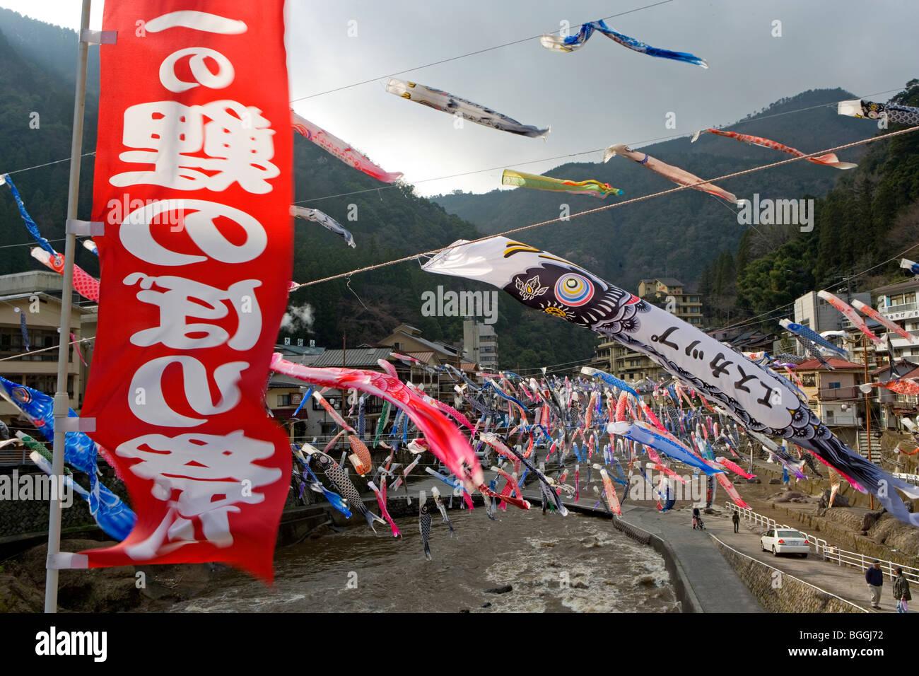 Bunte Karpfen-förmigen Wind Socken fliegen im Wind, Oguni, Kyushu ...