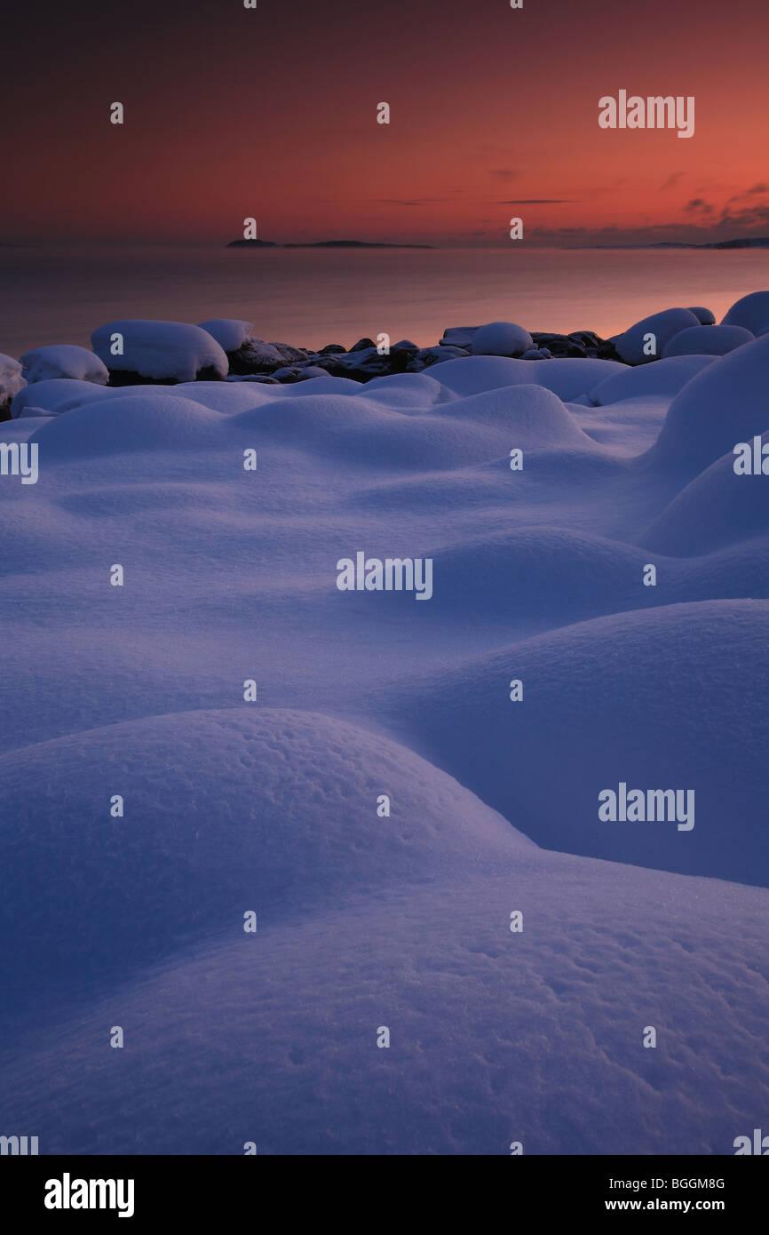 Verschneite Landschaft und bunten Himmel am Larkollen in Rygge Kommune, Østfold Fylke, Norwegen. Stockbild