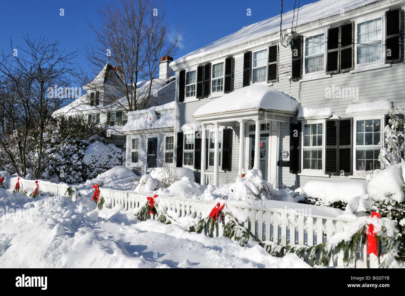 schneebedeckte new england haus zu weihnachten in falmouth cape cod massachusetts usa. Black Bedroom Furniture Sets. Home Design Ideas