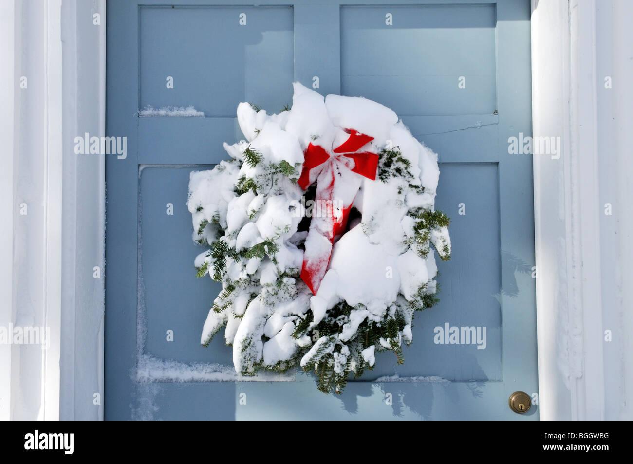 christmas wreath door snow stockfotos christmas wreath. Black Bedroom Furniture Sets. Home Design Ideas