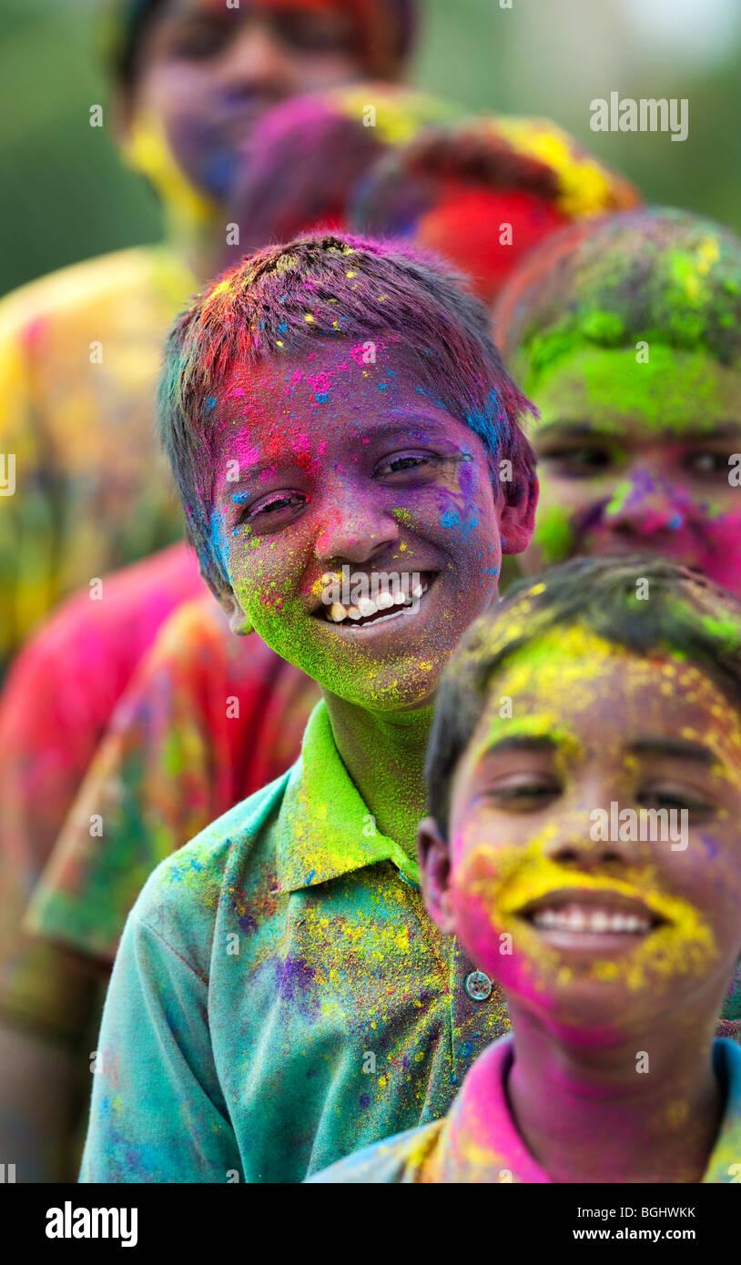 Junge indische Jungen in farbigen Pulver pigment bedeckt. Indien Stockbild