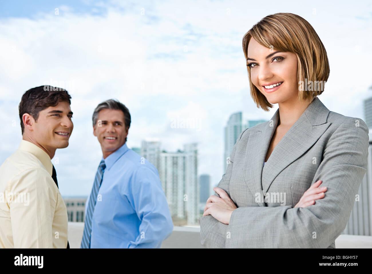 Geschäftsfrau und ihre beiden männlichen Untergebenen. Stockbild
