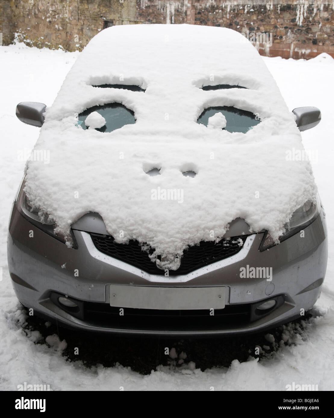 Auto nach Winter Schneefall ein Gesicht gegeben Stockbild