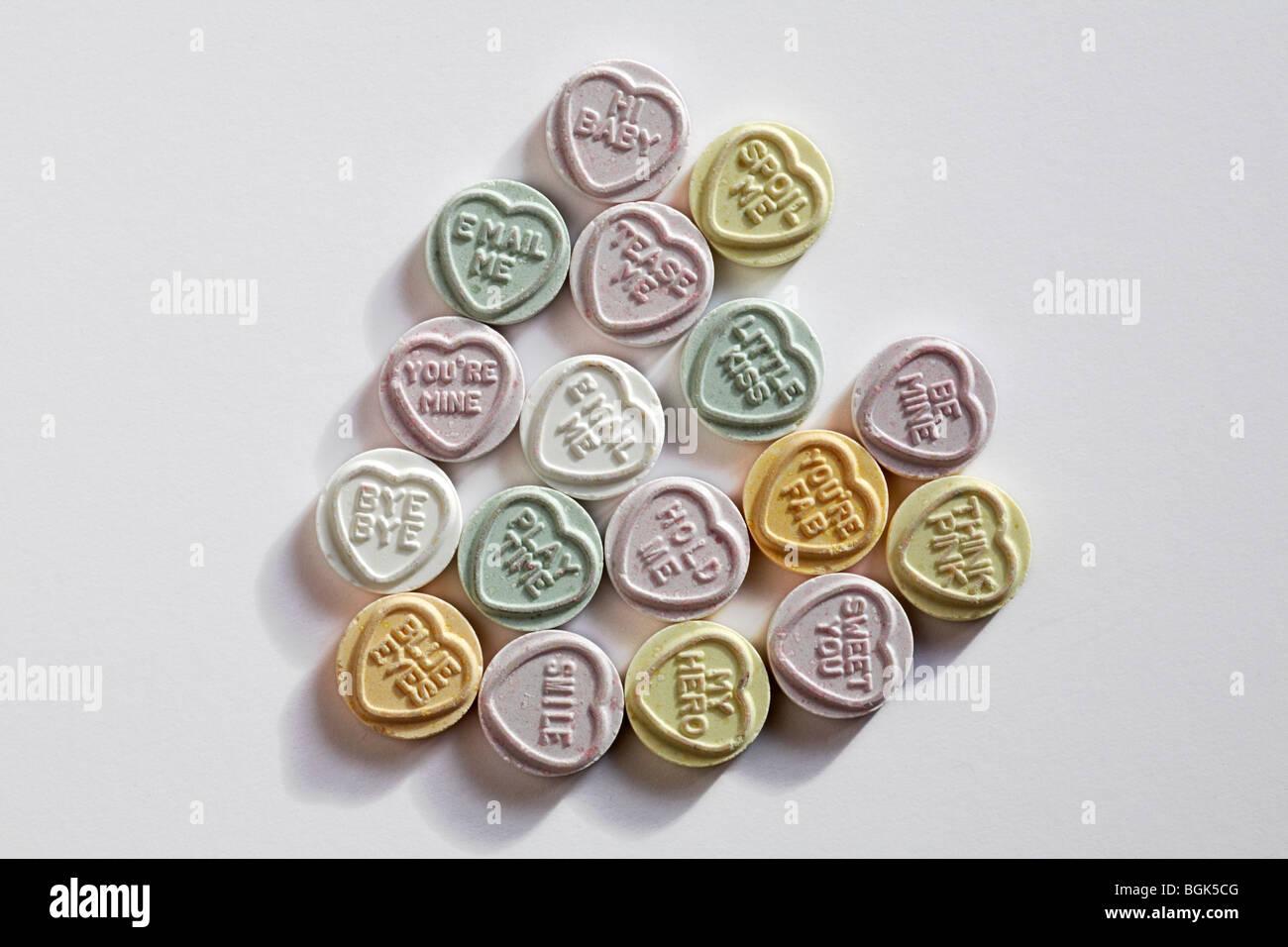Schatz süsses Herz-Liebe Herz Bonbons mit Meldungen, in Form eines Herzens für Valentines Tag arrangiert, Valentinstag Stockfoto
