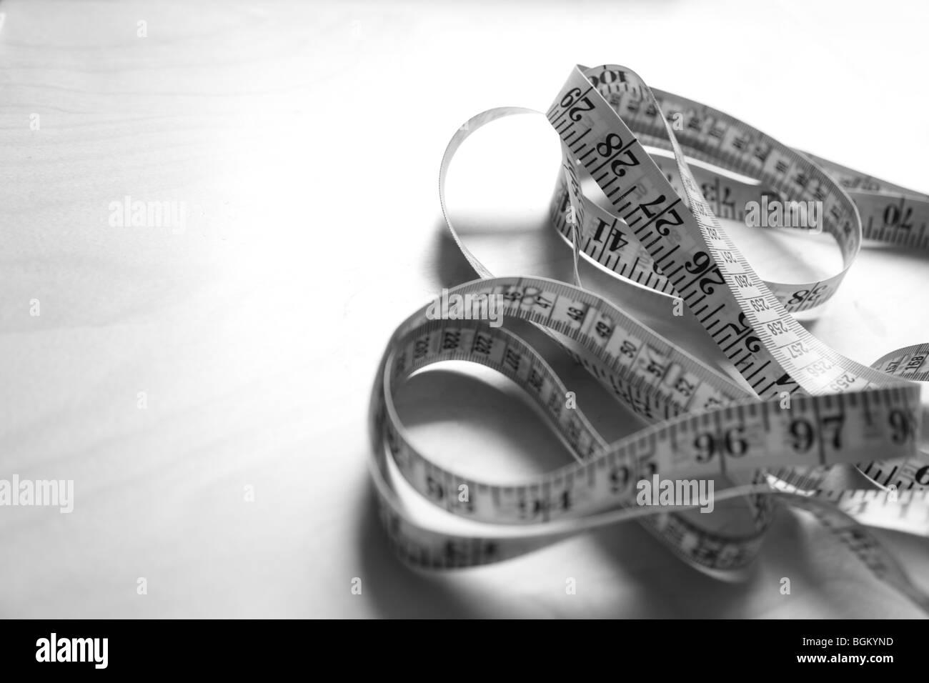 Nahaufnahme von Maßband in schwarz / weiß Stockbild