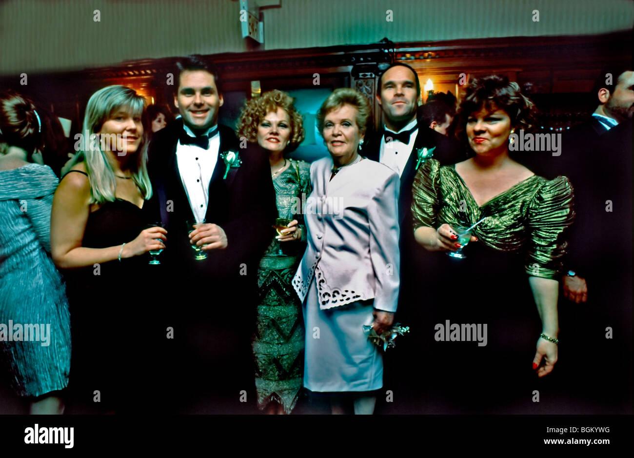 """1990er Jahren Familienfoto, Familienporträt trinken bei Hochzeit. """"Alte Familienfotos"""" Stockbild"""