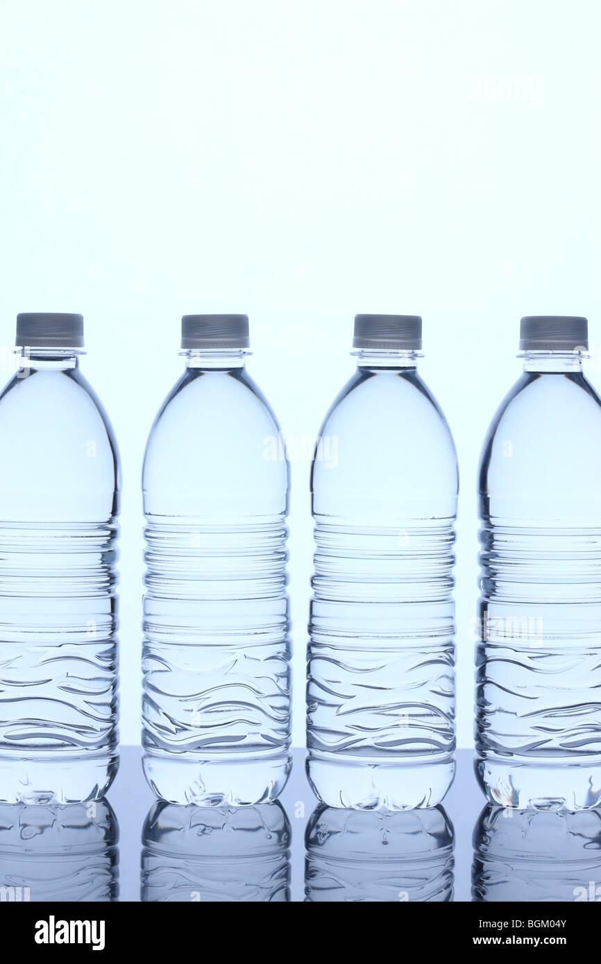 Flaschen Wasser in Zeile Stockbild