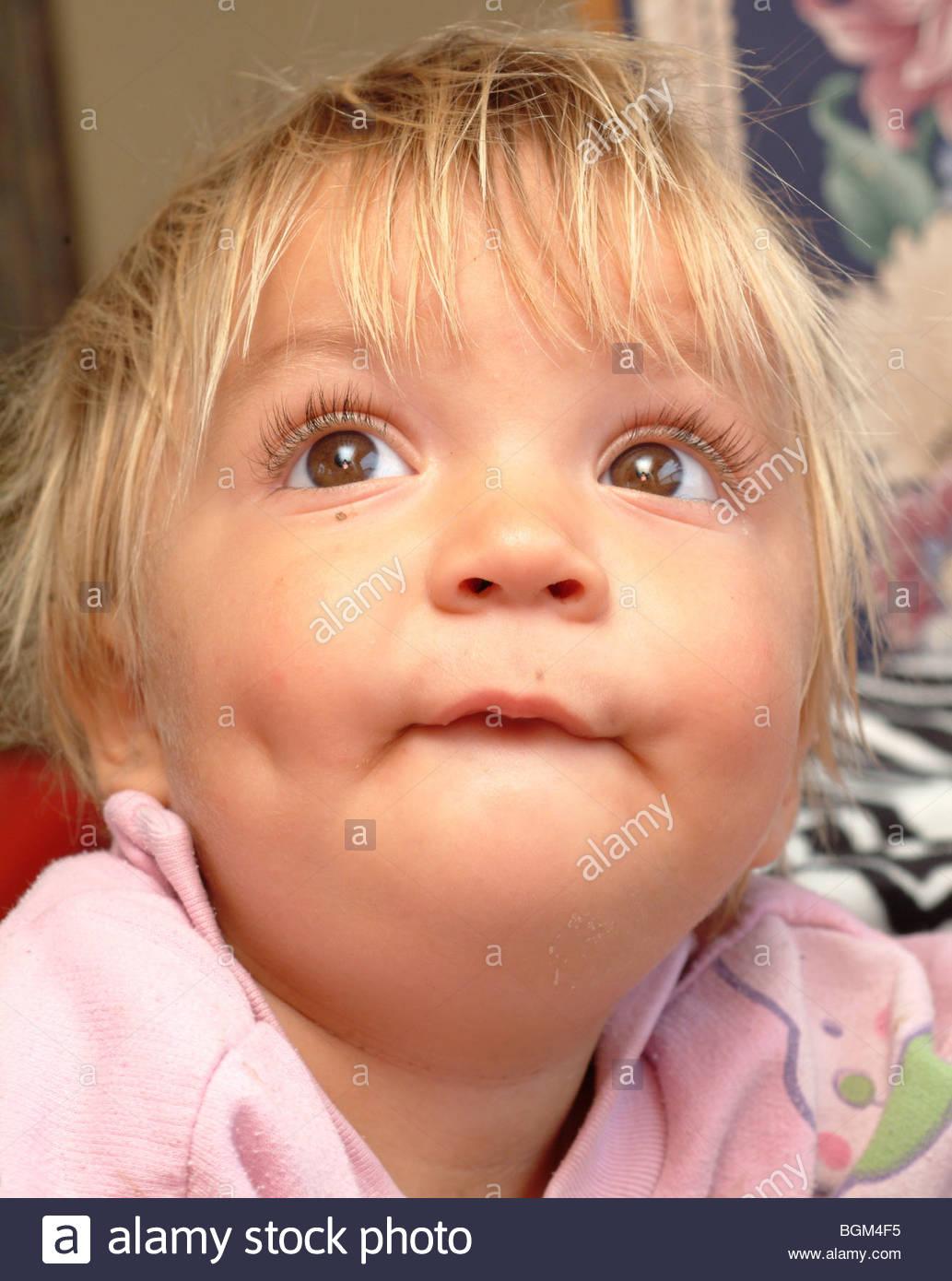 Kleinkind Kind Junge Gesicht Porträt Nachschlagen Braune Augen