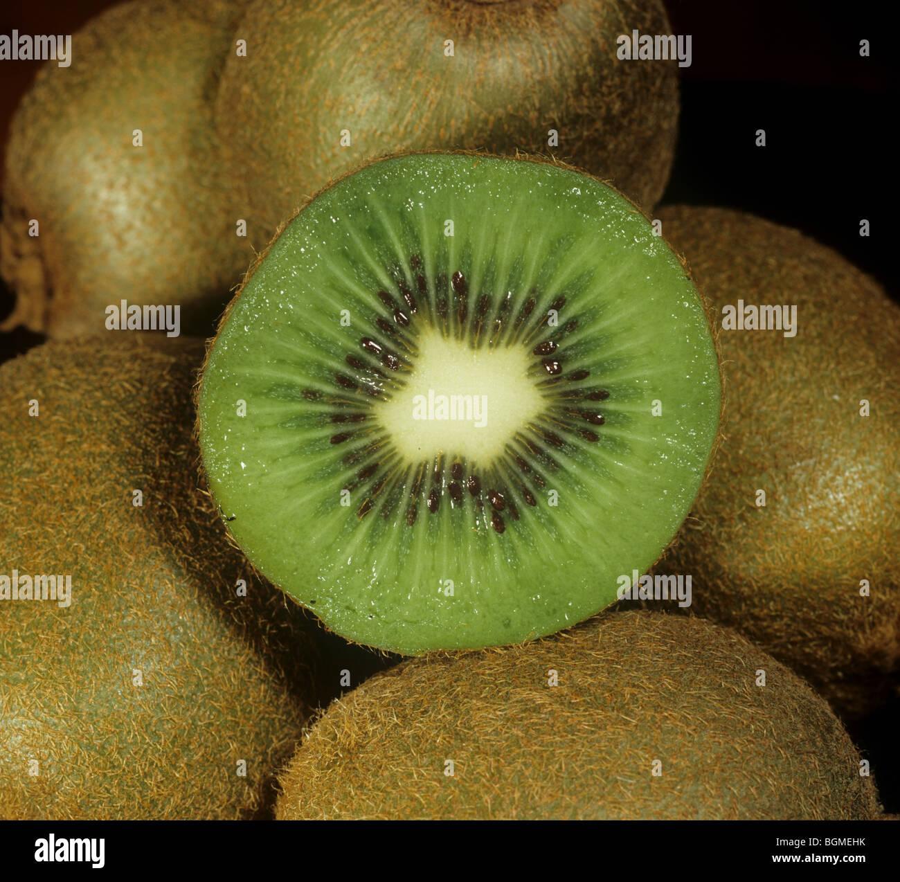 Kiwis mit einem Abschnitt durch eine Frucht geschnitten Stockbild