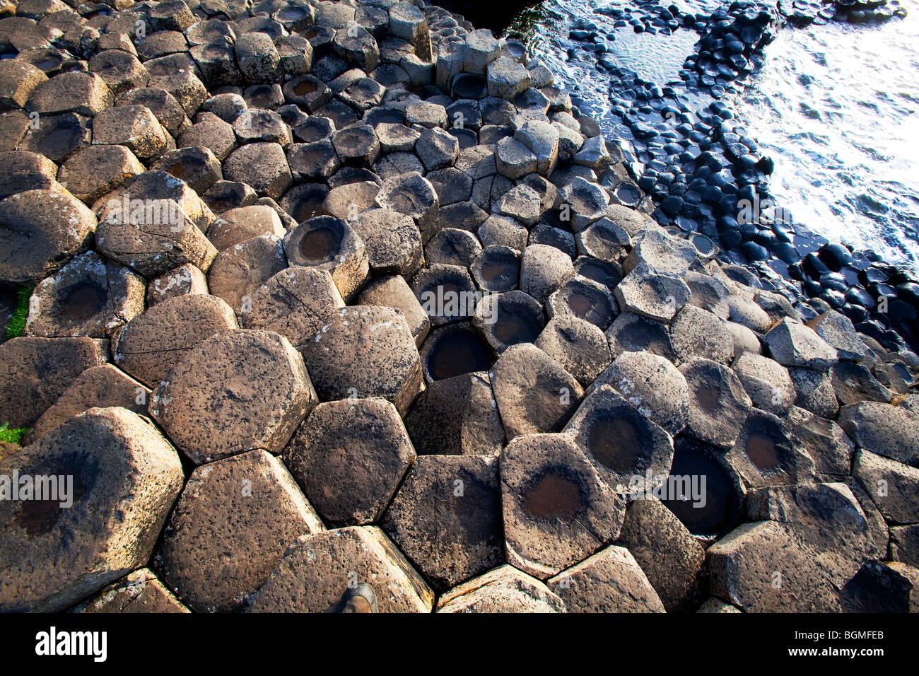 Schritte der vulkanischen rock bei dem Giant es Causeway Antrim-Nordirland ein Naturphänomen und zum Weltkulturerbe. Stockbild