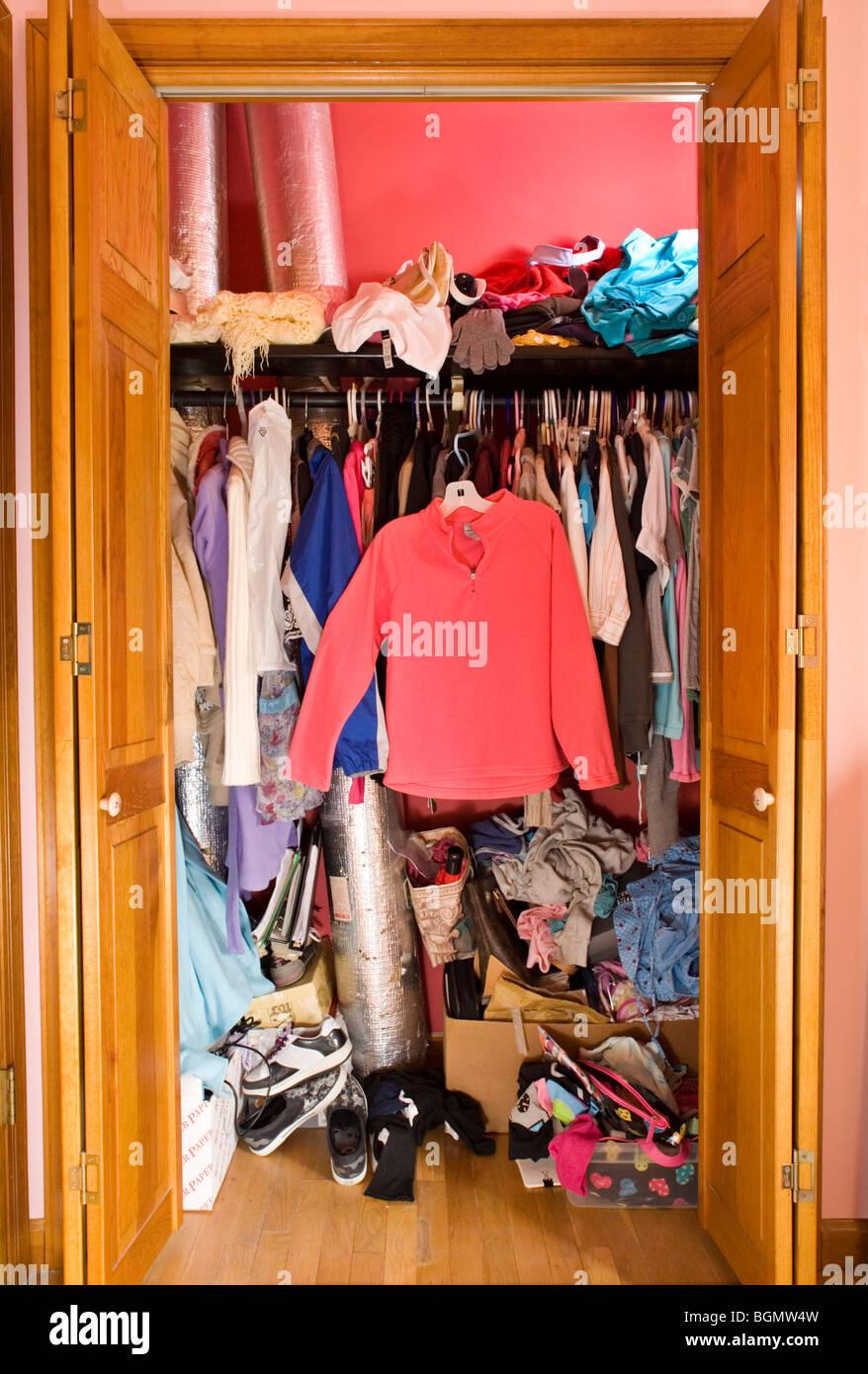 Ein Kleiderschrank Im Schlafzimmer Ein Teenager Madchen