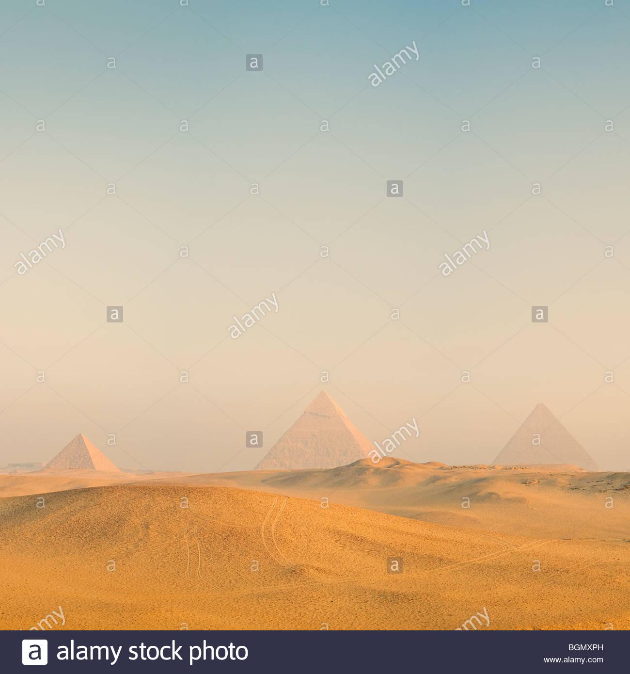 Die Pyramiden von Gizeh bei Sonnenaufgang, Kairo, Ägypten. Stockbild