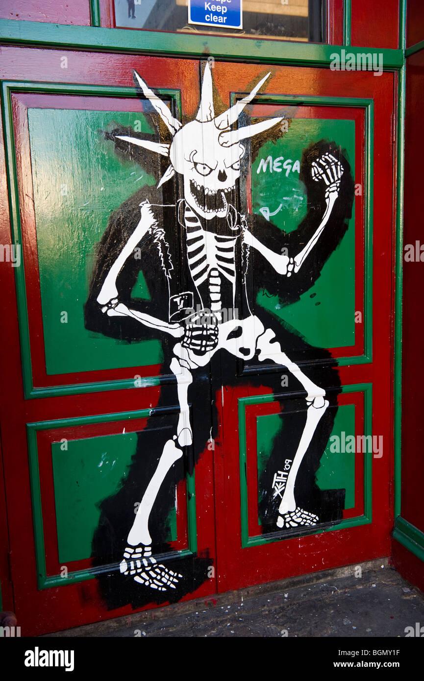 Türen von der legendären TJs Nite Club-Musik-Treffpunkt in Newport South Wales UK dekoriert Stockbild