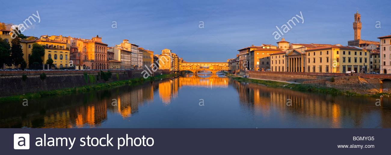 Ponte Vecchio bei Sonnenaufgang, Florenz, Toskana, Italien. Stockbild