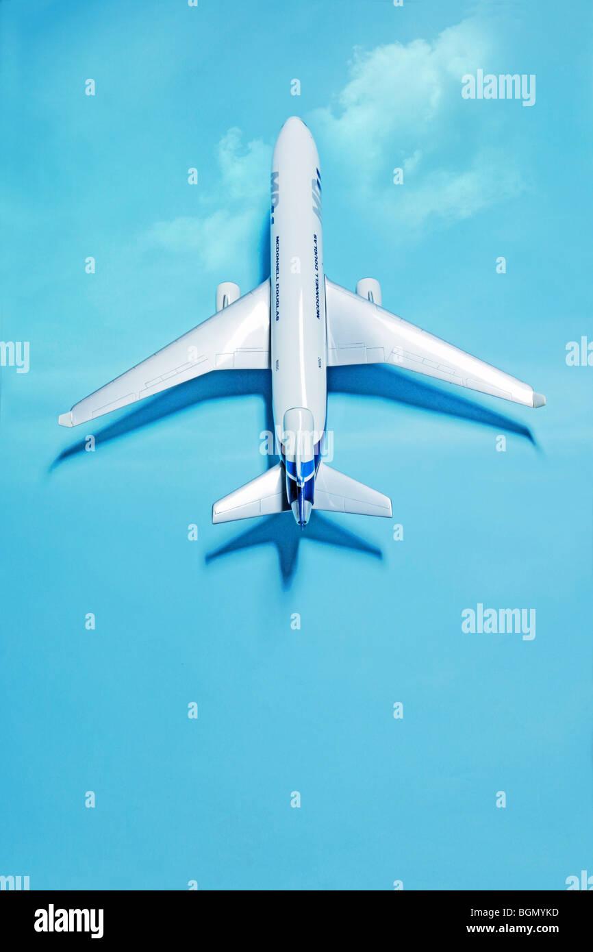 weiße Modellflugzeug auf blau mit Schatten Stockbild