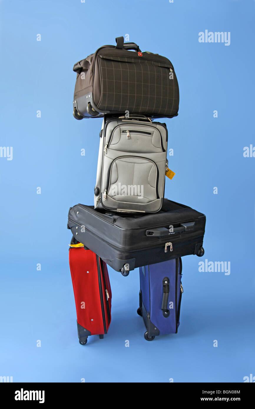 zu viele Koffer stapeln sich warten. Stockbild