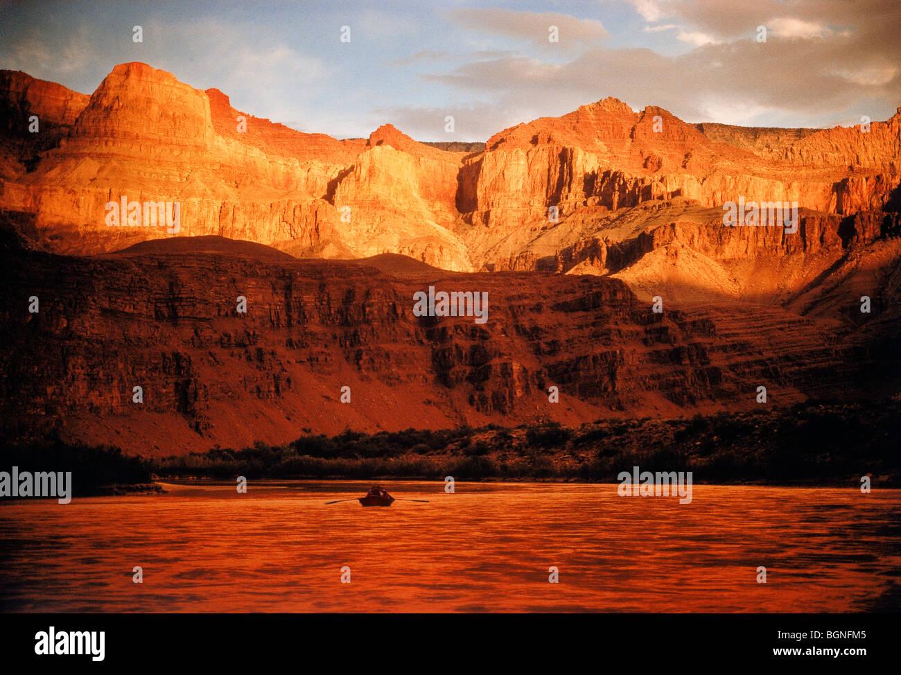 Dory Boot Reise schweben auf Colorado River durch die Innenwände und die Schatten des Grand Canyon in der Nähe von Stockfoto