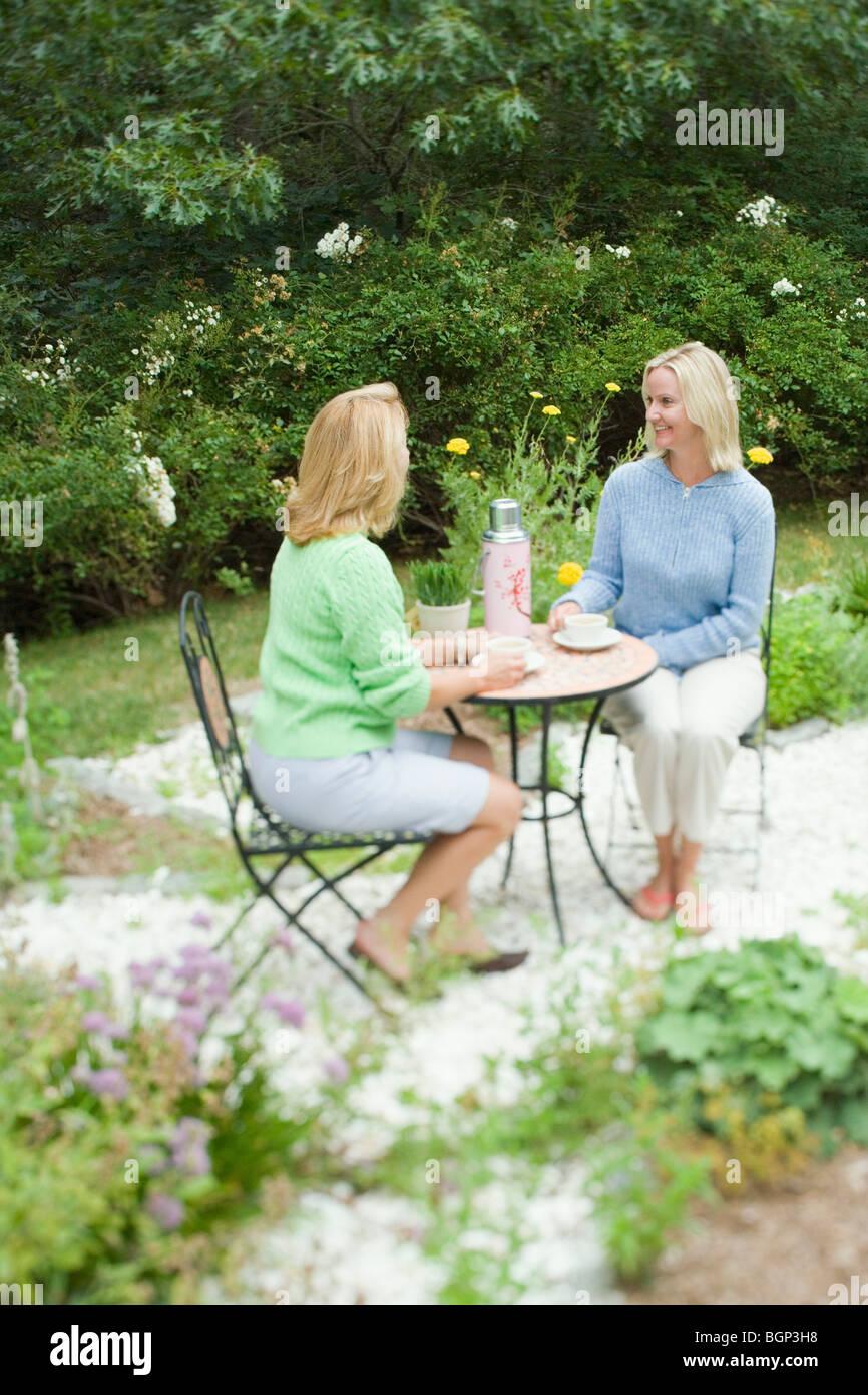 Reife Frau und eine Mitte Frau sitzen zusammen in einem Tee-party Stockbild