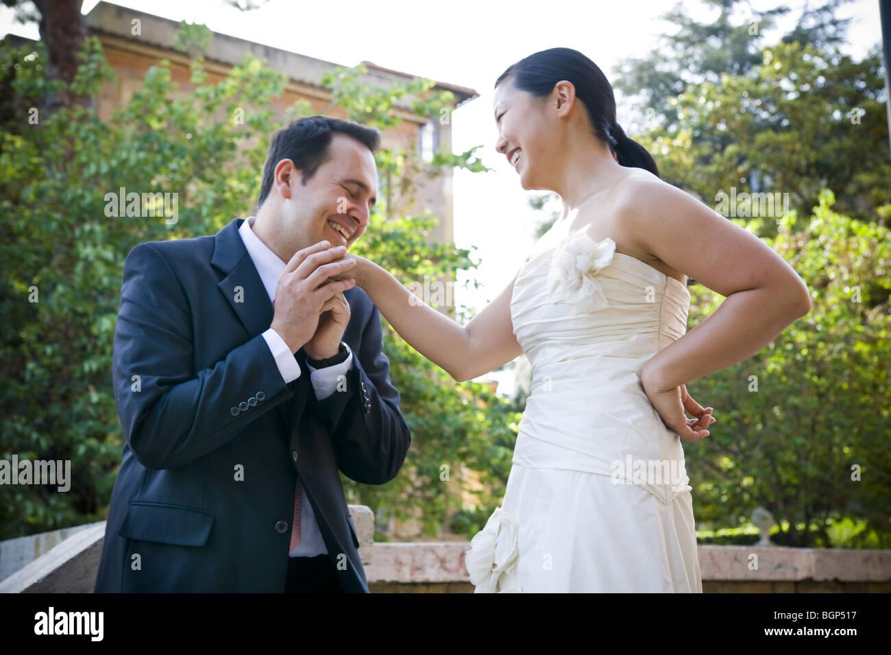 Mann schlägt asiatische Frau im Freien Stockbild