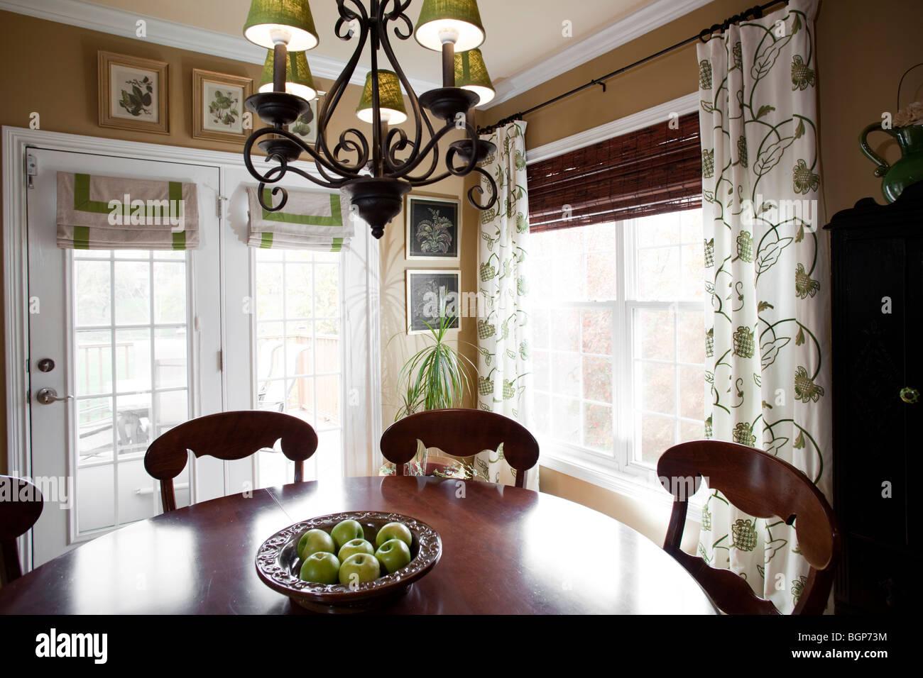 Küche Esstisch Ecke mit grünen Smith Apple Gericht und dazu ...