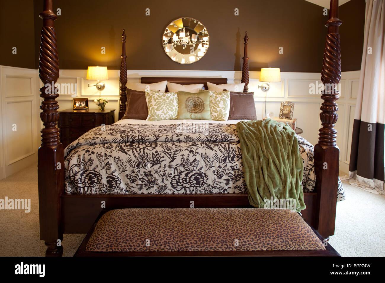Himmelbett Kingsize Doppelbett Im Schlafzimmer In Eleganten, Warmen Farben  Eingerichtet. Amerikanischen Landschaft Luxus Wohnlandschaft