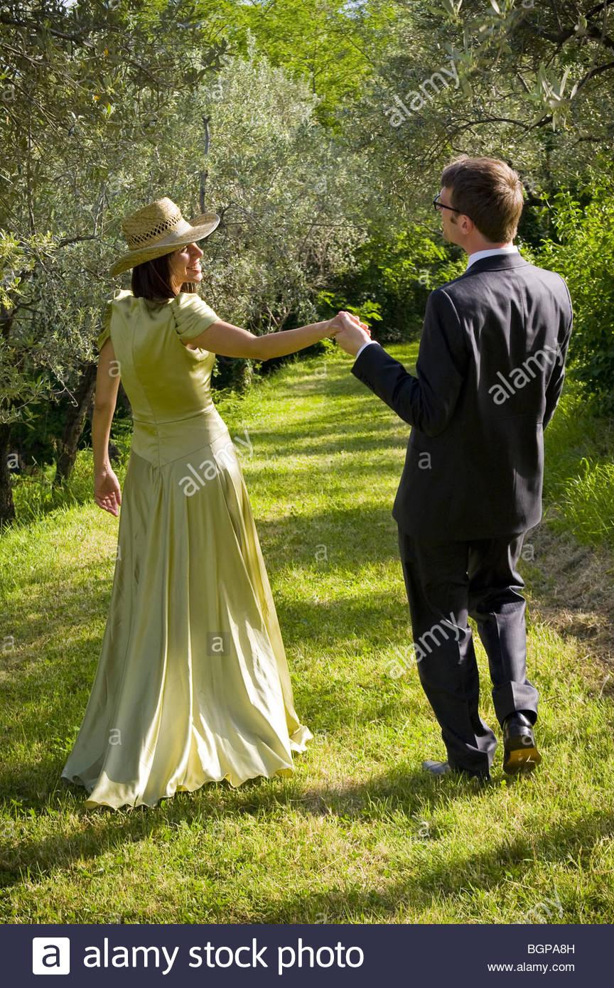 Braut und Bräutigam zu Fuß durch Weinberge Stockbild