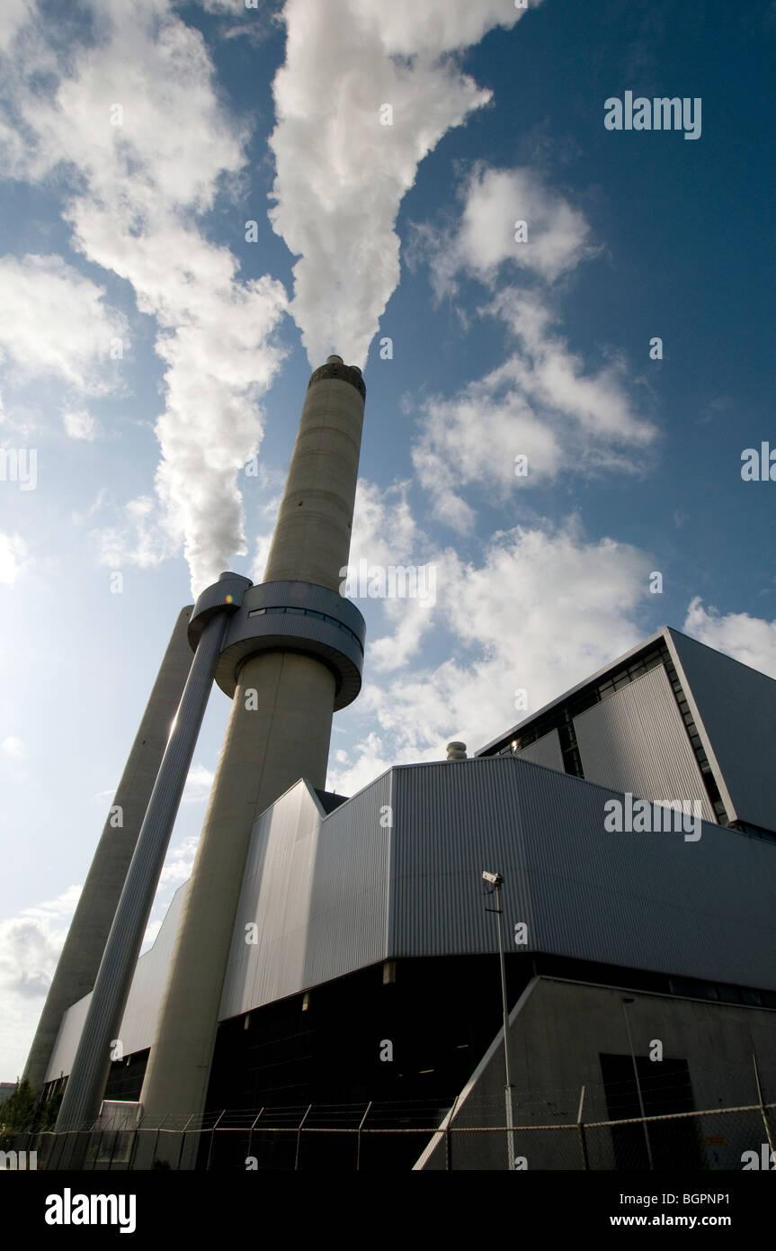 Schornstein Rauchentwicklung im blauen Himmel Stockbild